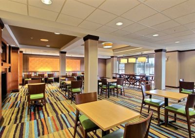 Fairfield Inn and Suites Milwaukee Airport Chairs Tables
